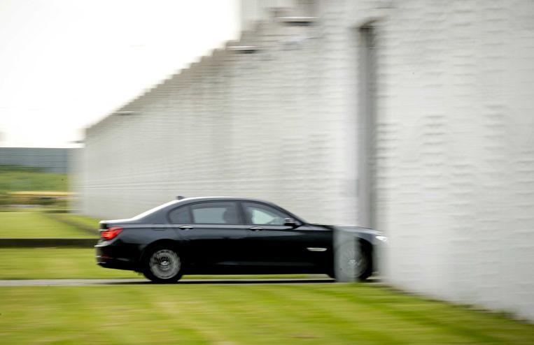 Een beveiligd transport komt maandag aan bij Justitieel Complex Schiphol, voorafgaand aan de inhoudelijke behandeling van de strafzaak tegen Moreno B. en Giermo B. Beeld ANP
