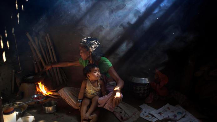 Archieffoto: een vrouw kookt in Gauhati, India.