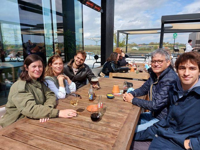 De familie De Pelsemaeker uit Gent zakte af naar Watou om te genieten van het heropende terras.