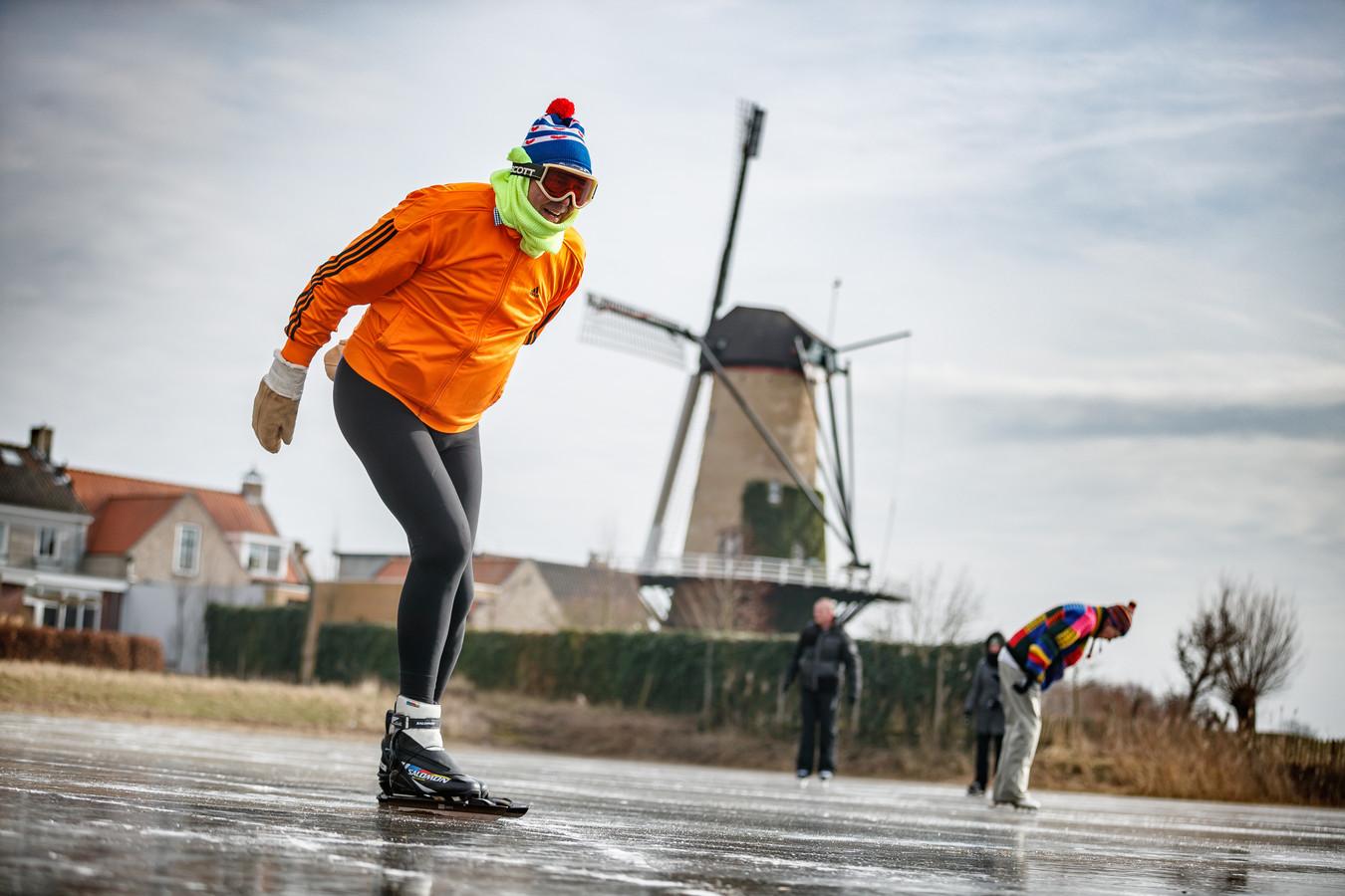 Harry Bakker, hier twee jaar geleden op de ijsbaan in Terheijden, heeft de schaatsen weer uit het vet gehaald. Ook al zit die tocht in Friesland er niet in. ,,Maar schaatsen kan je op veel plaatsen.''