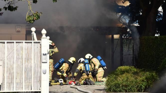 Carport brandt uit, bedrijfsbrandweer Orotex voorkomt dat villa mee in vlammen opgaat