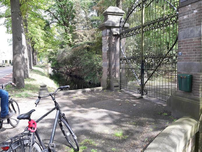 De toegangspoort van Villa Hoogenhuizen, langs de Oirchotseweg in Moergestel