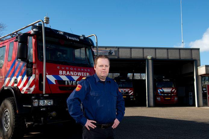 Commandant Emiel Horstink bij de huidige brandweerkazerne in Twello.