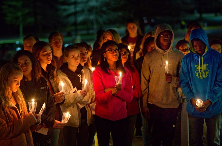 Jongeren houden een wake na een schietpartij op een school in Florida. Sinds die schietpartij woedt in de VS de discussie omtrent wapenbezit. Zo zei president Trump leraren te willen bewapenen. Een school in Texas doet dit al sinds 2007. Beeld AP