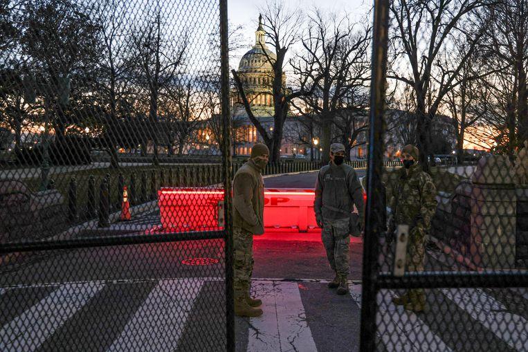 Om verdere rellen te voorkomen hebben veiligheidsdiensten een hek om het Capitool gezet. Beeld REUTERS