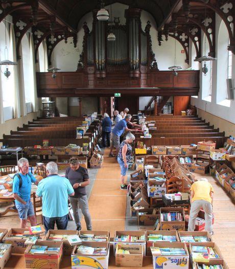 """Snuffelen tussen de boeken in de Antoniuskerk in Rekken: """"De streekromans doen het erg goed"""""""
