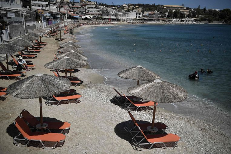 Voorlopig blijven de strandbedden nog even leeg op Kreta: het reisadvies voor het eiland is momenteel 'oranje'. Beeld AFP