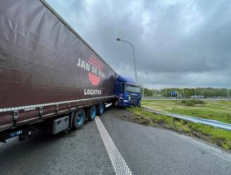Truck ramt verlichtingspaal en eindigt in schaar op verkeerswisselaar E40/E403