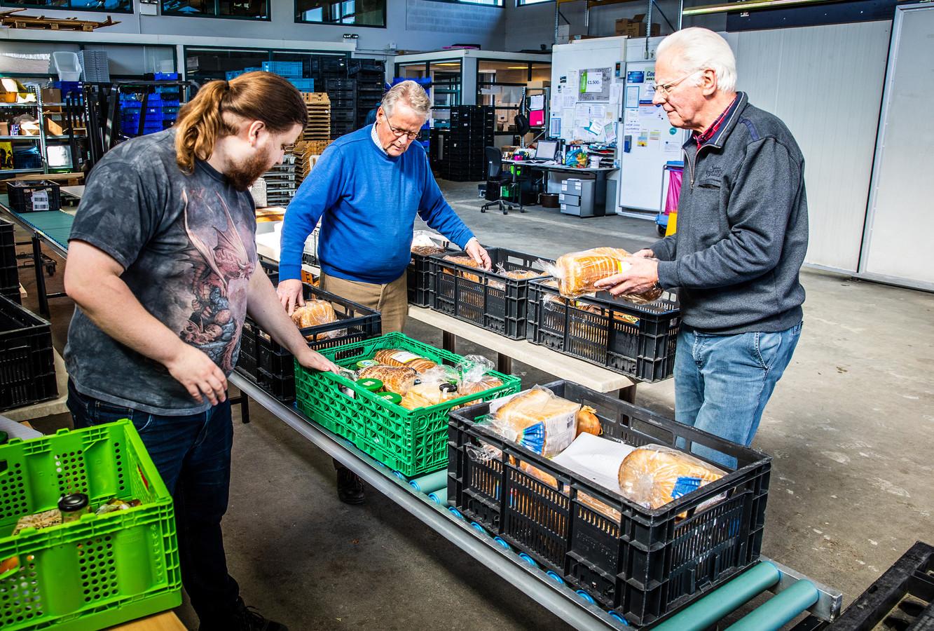 Voedselbank maakt paketten in orde.