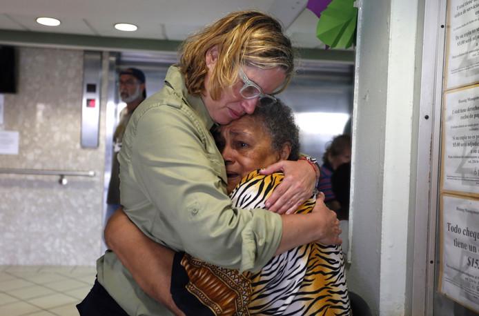 Carmen Yulin Cruz troost een oude vrouw bij een bezoek aan een ouderenopvang in San Juan. De burgemeester van de hoofdstad van Puerto Rico uit felle kritiek op de slechte hulp vanuit het Amerikaanse vasteland. (EPA/THAIS LLORCA)