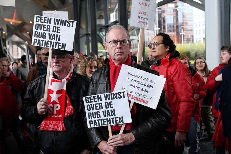 Personeel en patiënten voeren actie in Leiden tegen de sluiting van het MC Slotervaartziekenhuis en de IJsselmeerziekenhuizen, bij het kantoor van Zilveren Kruis. De demonstranten houden de zorgverzekeraar medeverantwoordelijk voor het faillissement van de zorginstellingen.  Beeld Hollandse Hoogte / Peter Hilz