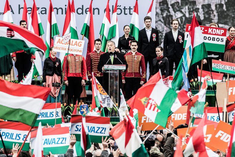 De Hongaarse premier Viktor Orbán spreekt zijn getrouwen toe in Boedapest. Beeld Bloomberg via Getty Images