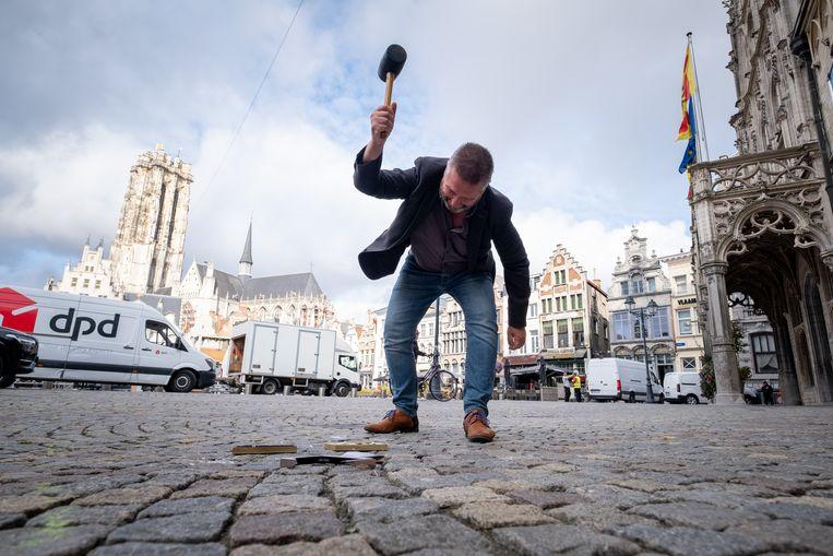 MECHELEN PVDA houdt een protestactie bij het stadhuis. 'Veilingmeester' Dirk Tuypens veilt er symbolisch de oude dag van de bewoners van de betreffende huizen.