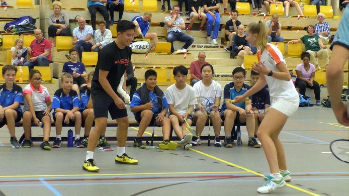 De jeugd geniet van de badmintondemonstraties in de IISPA-hal.