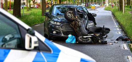Undercover politieauto in aanrijding met scooter in Enschede