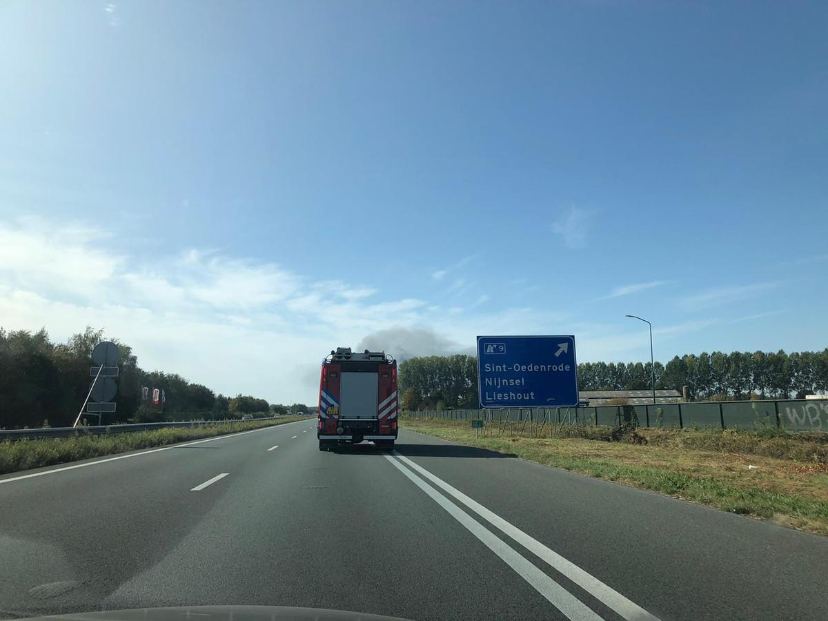 De brandweer uit Veghel onderweg naar Sint-Oedenrode voor de uitslaande brand.
