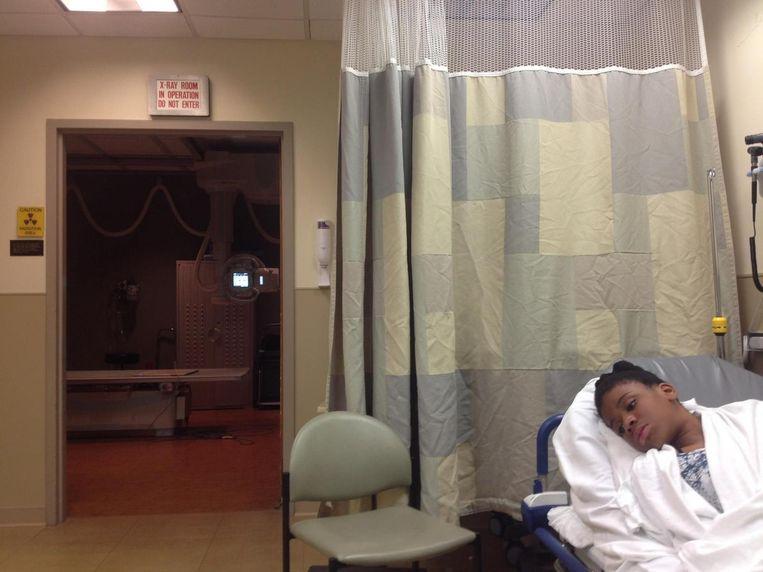 Een foto van het 12-jarige meisje in het ziekenhuis. Volgens haar moeder brak de politie haar kaak en drie ribben, maar de politie ontkent dat.
