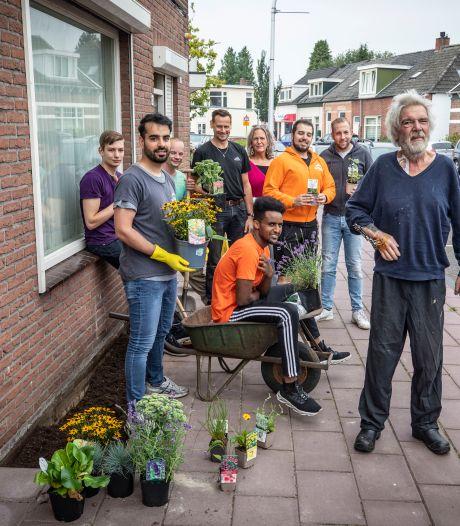 Nieuw initiatief in Almelo: Sociaal Tuinieren bezorgt Jacob Post een fleurige geveltuin