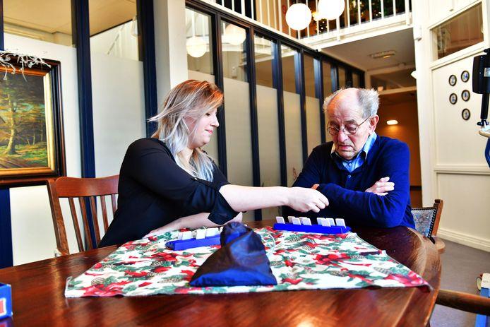 Een potje rummikub is een van de favoriete bezigheden tijdens het wekelijks uurtje dat vrijwilligster Kristy Aertse en Akert-bewoner  Martien Jacobs met elkaar hebben.