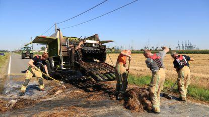 Landbouwmachine gaat in vlammen op door brandend stro