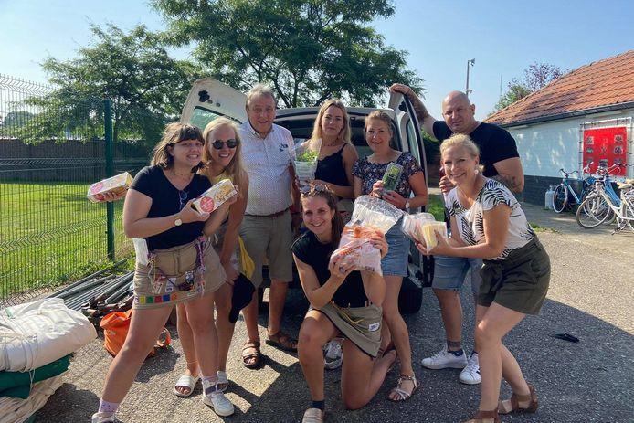 De leden van meisjeschiro Klim Op uit Aaigem met voedseloverschotten die ze aan de voedselbank schonken.