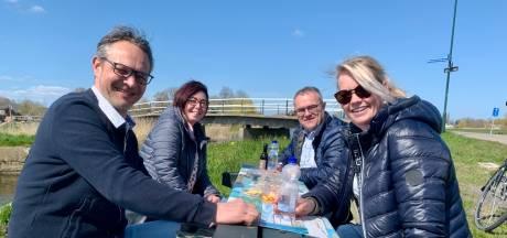 Vakantievrienden 'wijnen' na 26 jaar nog steeds met elkaar: 'We zijn nu op de Zuid-Hollandtour'