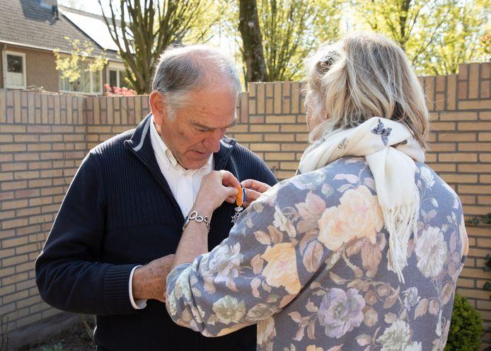 Jan Daem krijgt in Oisterwijk zijn lintje opgespeld
