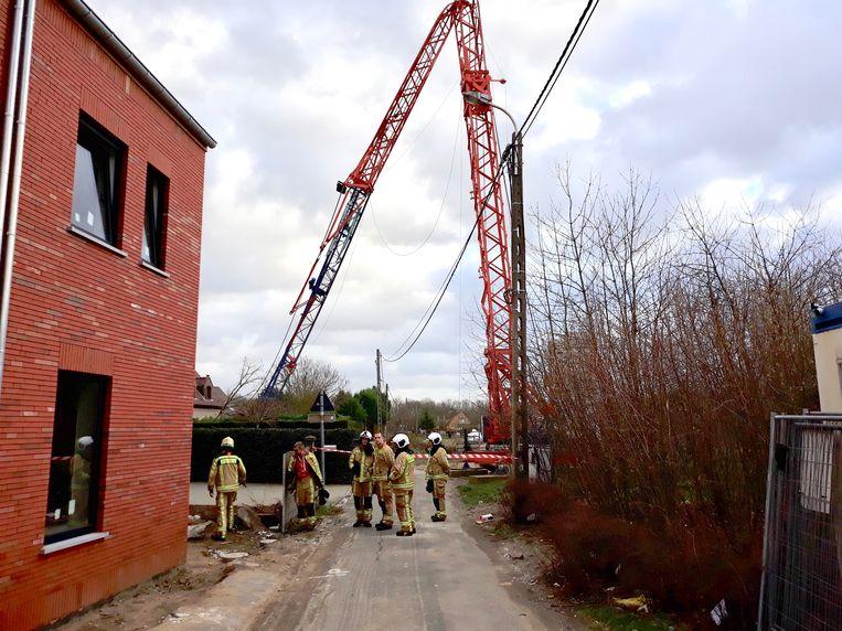 Een deel van de bouwkraan plooide om en belandde in een tuin van een woning. Niemand raakte gewond.
