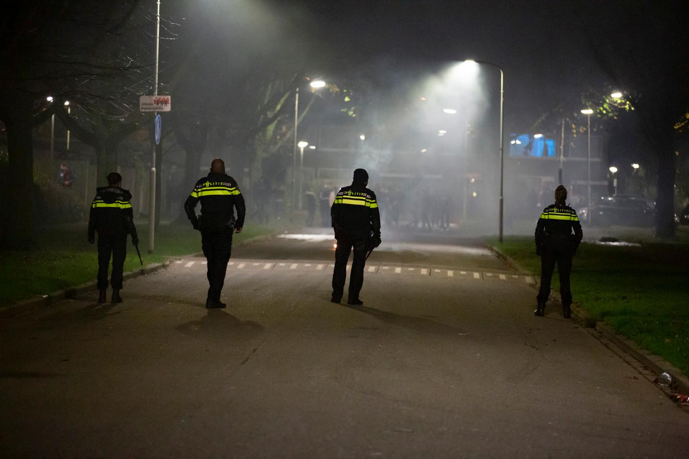De politie vormde een linie en heeft de Elisadonk in Roosendaal schoongeveegd.