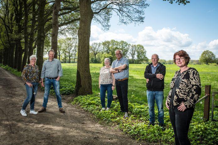 Henk en Oetje van Ommen,  Jantina en Rudy Elzerman, Henk van de  Goor en Masja Vaessen (vlnr) zien het niet zitten: een zonnepark in het weiland achter hen.