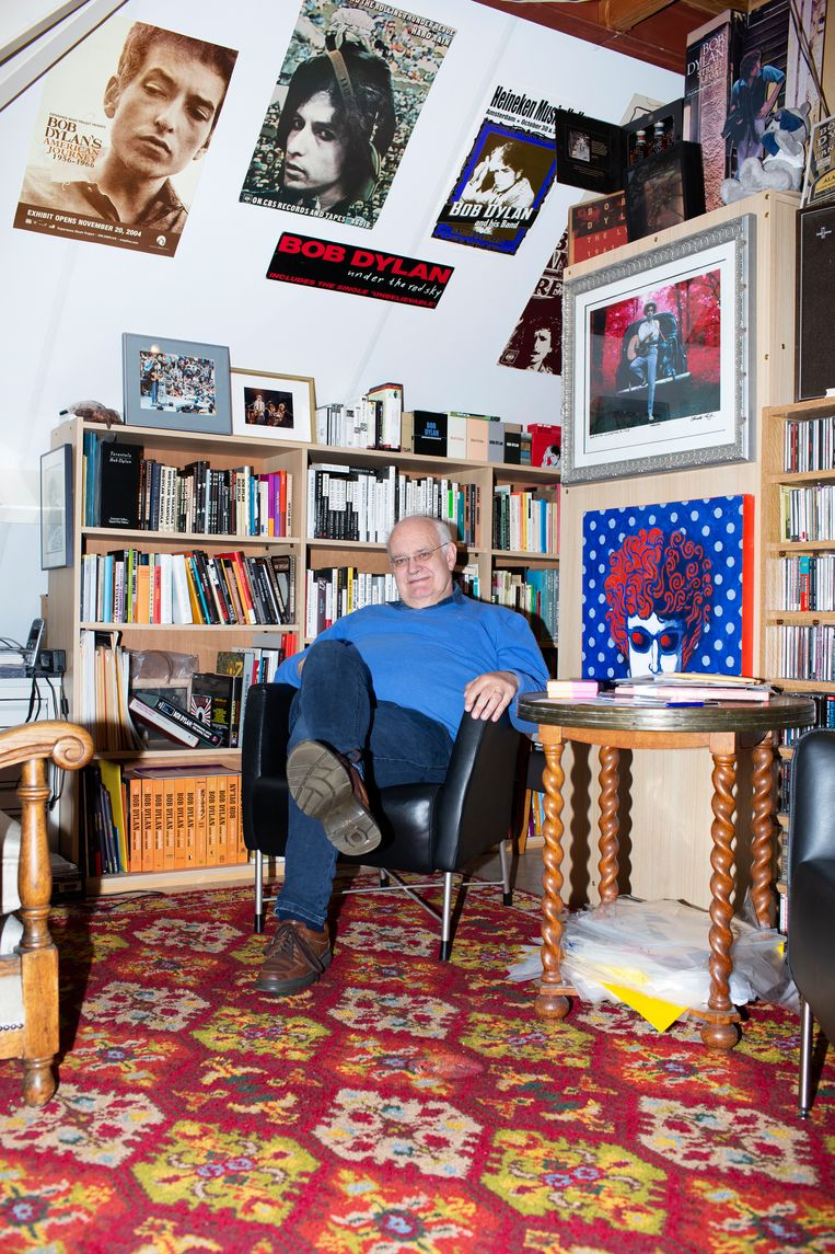 Arie de Reus is dé verzamelaar van Bob Dylan. Dit is maar een klein deel van zijn wereldberoemde collectie. Beeld Susanne Stange