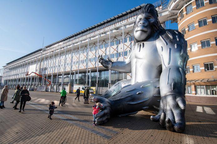 Baboe, de gorilla op het Stadhuis van Apeldoorn vertrekt. Hij neemt even plaats op het Marktplein zodat iedereen afscheid kan nemen.