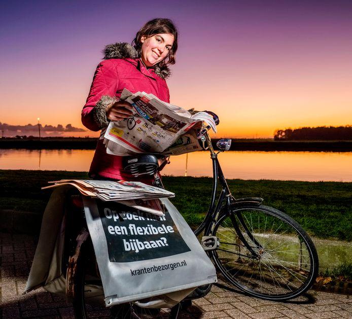 Krantenbezorger Jessica de Lange (30) staat iedere ochtend om 4.00 uur op en bezorgt de kranten tot een uur of zeven.