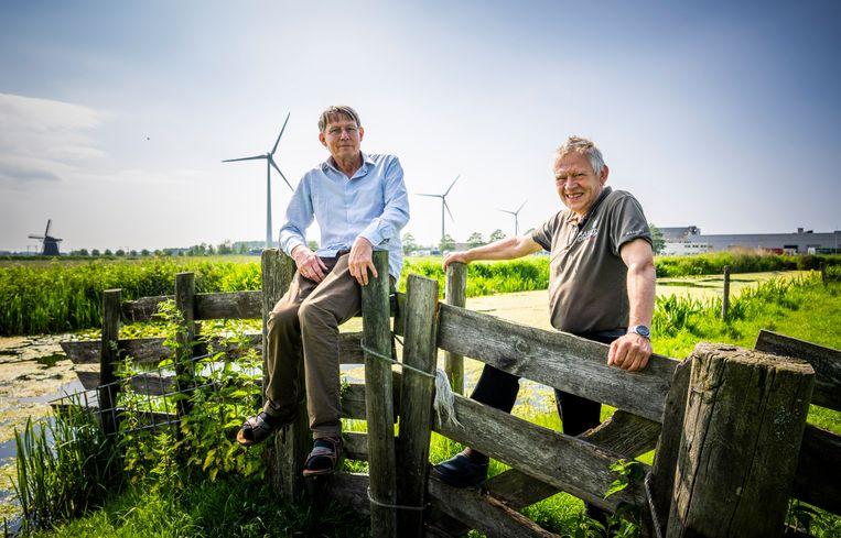 Harry Körmerling en Jan Wesselingh, voorzitters van de dorpsoverleggen van Hazerswoude-Rijndijk, zijn verbaasd over de windmolenenquête-uitslag.  Beeld Freek van den Bergh / de Volkskrant