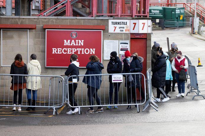 Londenaars staan in de rij om getest te worden.