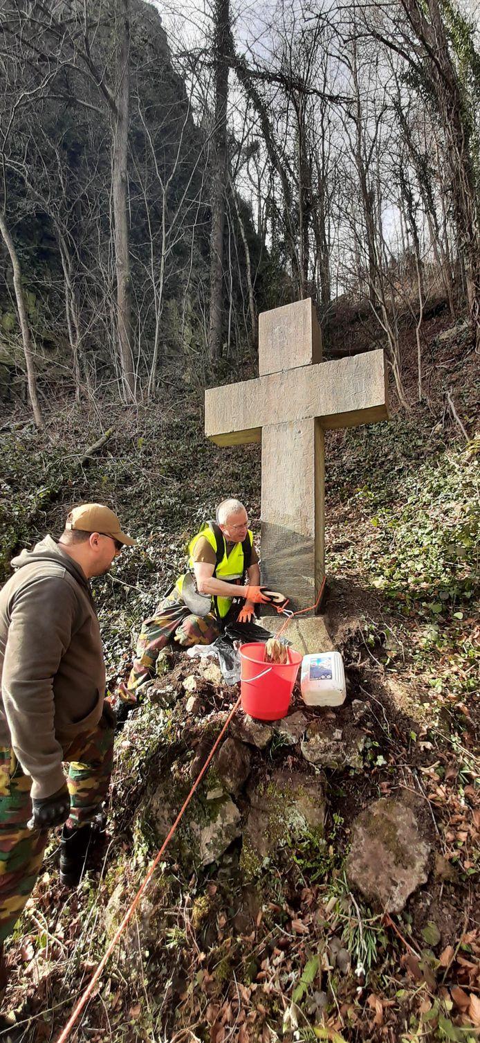 Pascal Mathieu aan de slag bij het oppoetsen van het herdenkingskruis in februari van dit jaar.