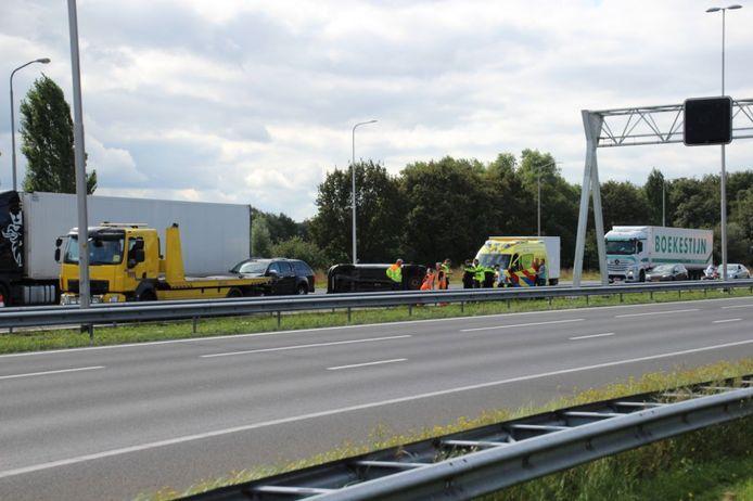 Rijkswaterstaat sloot twee rijstroken van de A1 ter hoogte van afslag Twello af om de auto te kunnen bergen die op zijn kant lag.
