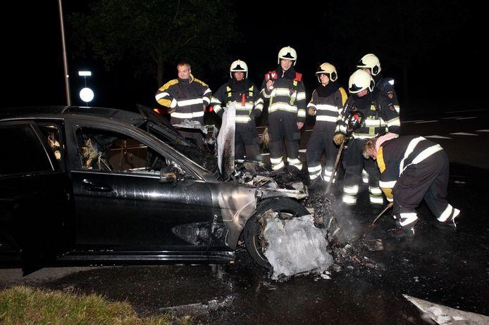 Een mercedes-AMG vliegt tijdens autorit in brand bij Alphen.