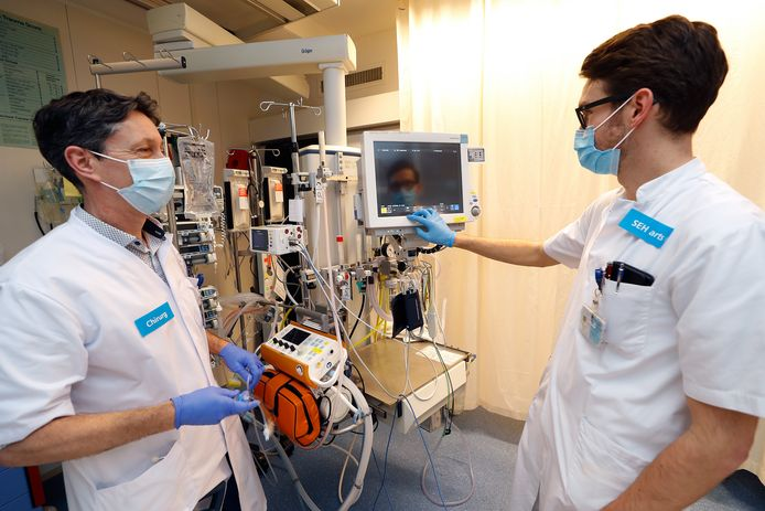 Traumachirurg Erik Staal (links) en SEH-arts Joram Stollman in de operatiekamer van de Spoedeisende Hulp in Doetinchem. Hier worden bijna wekelijks mensen geholpen na een ernstig ongeluk.