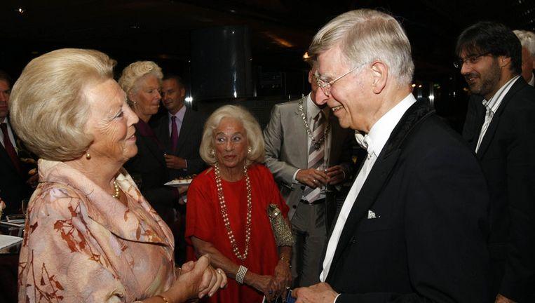 Koningin Beatrix praat na met dirigent Herbert Blomstedt (tweede van rechts) terwijl de Griekse violist Leonidas Kavakos (uiterst rechts) toekijkt. Foto ANP Beeld
