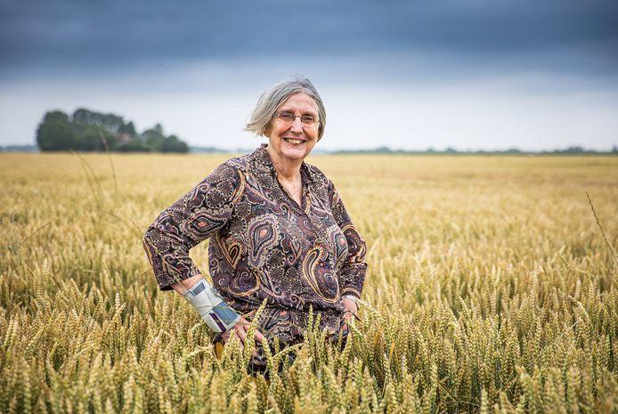 Hilda Themans in het haar zo geliefde landschap van de Hoeksche Waard.