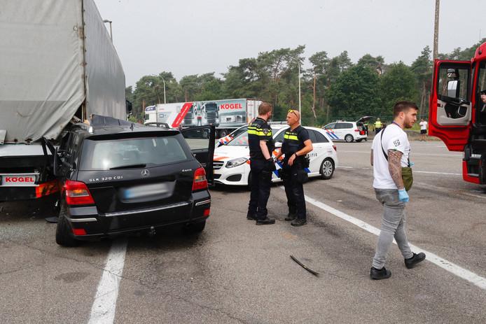Politieachtervolging op A67 eindigt in botsing met vrachtwagen op parkeerplaats