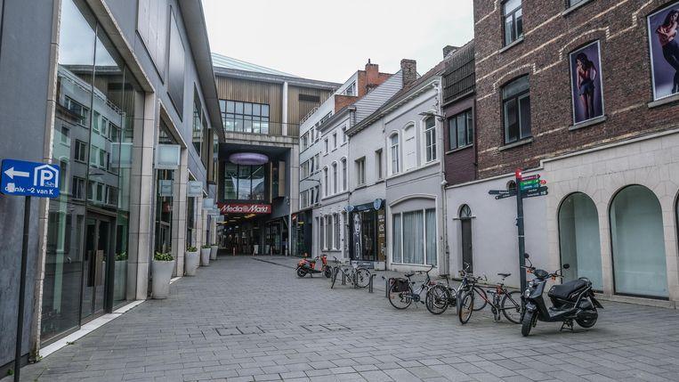 De Sionstraat, aan winkelcentrum K, waar altijd shoppers te zien zijn. Behalve nu.