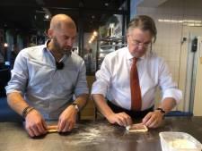 Commissaris van de Koning Wim van de Donk maakt worstenbroodje bij Houben in Eindhoven