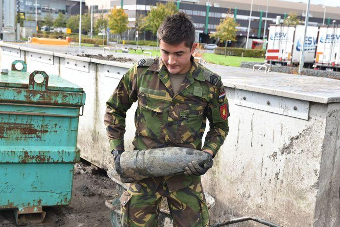 Tijdens werkzaamheden aan de Zwaansheulbrug in Honselersdijk in 2019 werd een explosief uit de Eerste Wereldoorlog gevonden. Het ging om granaat van zo'n 42 centimeter lang en afkomstig uit Frankrijk.
