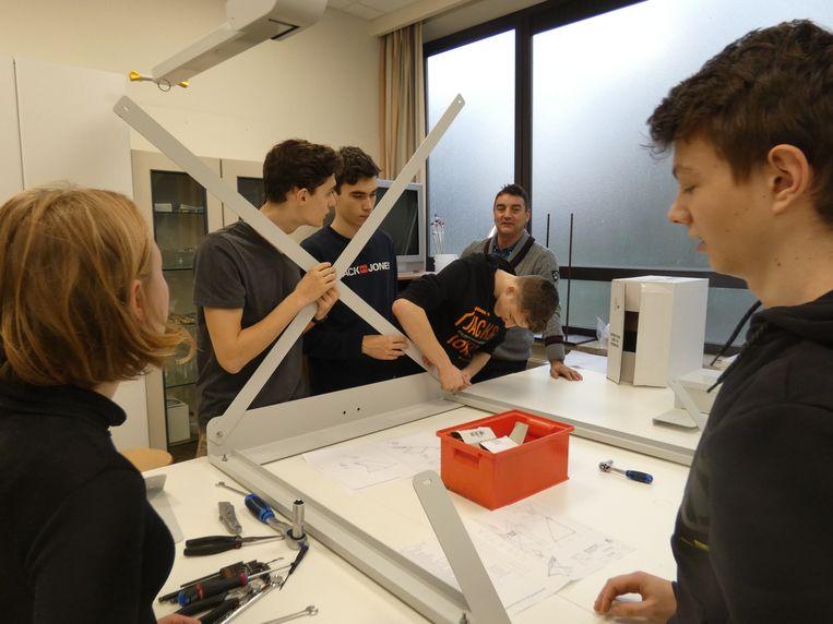 De leerlingen van het Heilig Graf Instituut gingen zelf aan de slag om het weerstation te installeren.