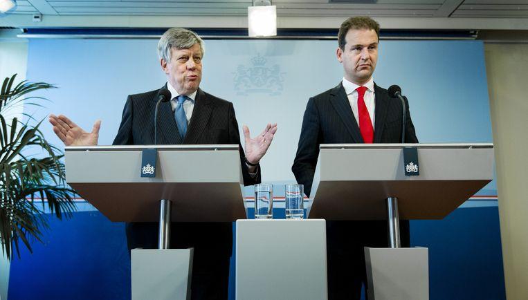 Ministers Ivo Opstelten (L) van Veiligheid en Justitie en Lodewijk Asscher van Sociale Zaken tijdens een persconferentie over versterking van de aanpak van jihadisme en radicalisering. Beeld anp