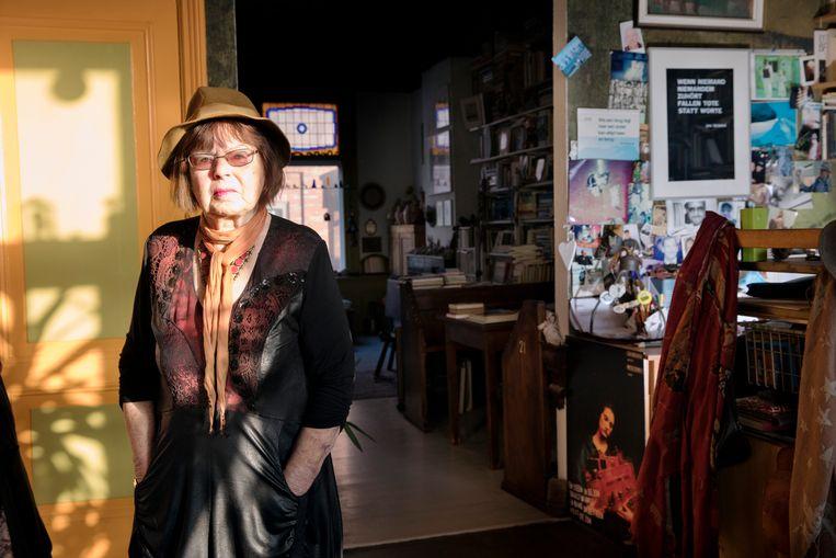 De Rotterdamse dichter Jana Beranová uit Tsjechië in haar huis in Rotterdam.  Beeld Inge Van Mill
