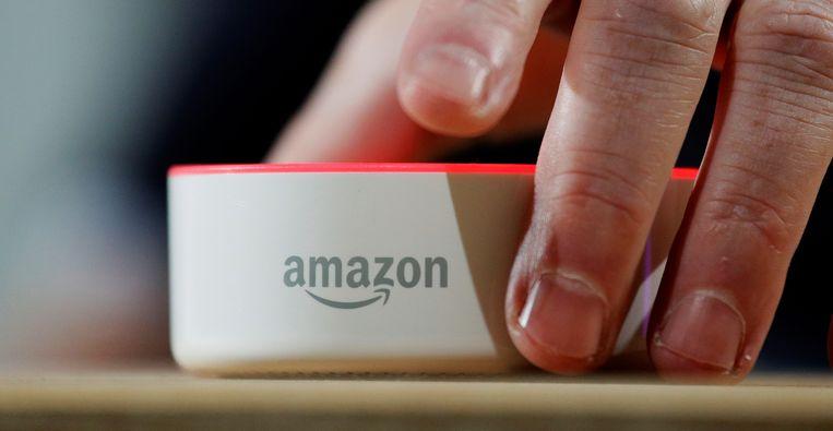 Een Amazon Echo Dot. De smart speaker van Amazon met de naam Echo staat bij gebruikers continue aan. De microfoon in het apparaatje neemt stemmen op en reageert als het nodig is. En soms dus ook als het niet nodig is, zo blijkt.