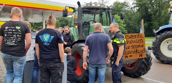 Achterhoekse boeren met een lekke band bij een tankstation in Huis ter Heide, Utrecht.